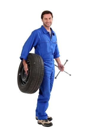 機械工、タイヤを保持 写真素材