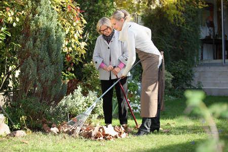 discapacidad: madre e hija, de jardinería Foto de archivo