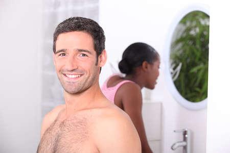 nackte brust: Mann und Frau in einem Badezimmer