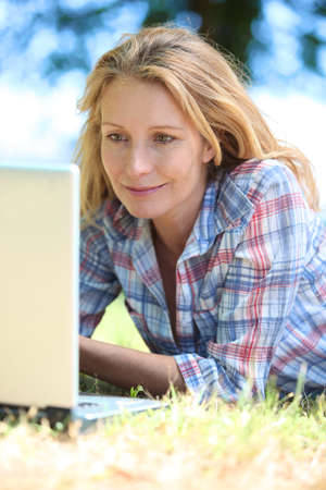 35 years: woman with laptop outdoors