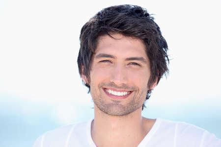 uomo felice: Ritratto di giovane uomo raggiante