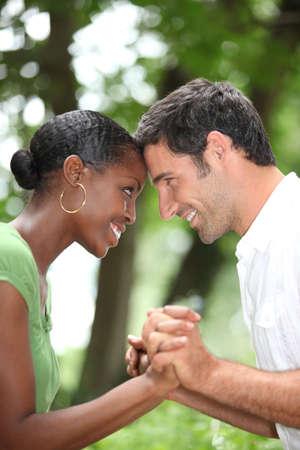 mixed race couple: Feliz pareja rom�ntica Foto de archivo