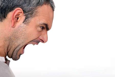 Un hombre enojado gritando