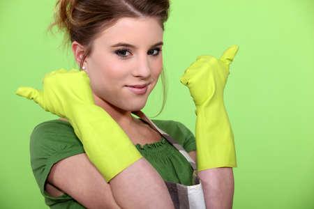 handschuhe: Junge Frauen das Tragen von Gummihandschuhen und Sch�rze