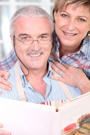 couple enlac�: couple de personnes �g�es embrassant Banque d'images