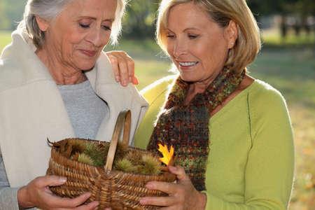 streifzug: Senior dames zur�ck aus Streifzug durch die Natur Lizenzfreie Bilder