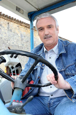 explocion: Farmer tractor de conducción
