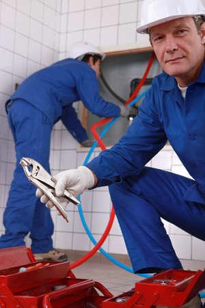 alicates: Los trabajadores de fijación tubos