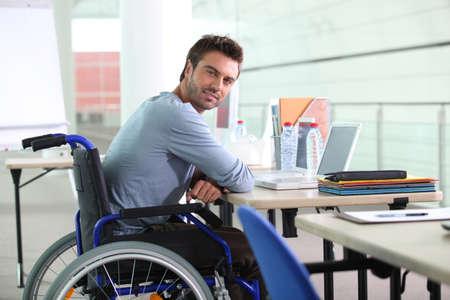persona en silla de ruedas: Hombre de negocios en una silla de ruedas Foto de archivo