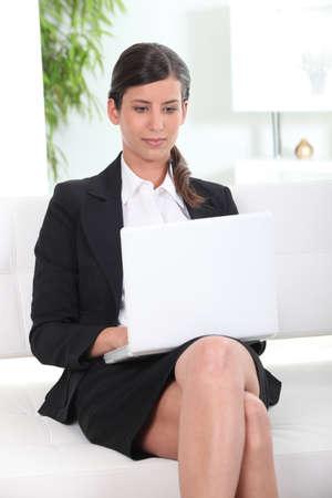 calas blancas: Negocios que trabajan en su portátil Foto de archivo