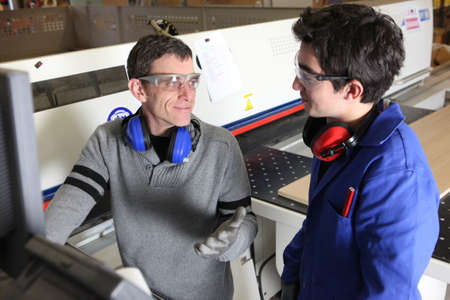 anti noise: apprendista artigiano e lavorare insieme in una fabbrica