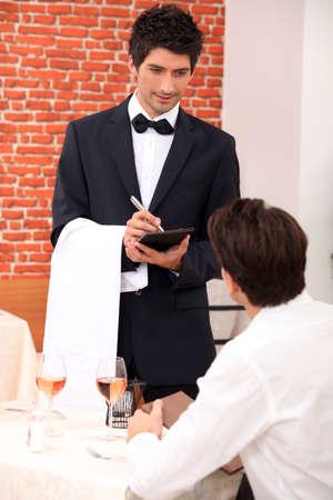 discreto: camarero en un restaurante
