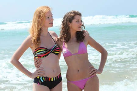 Dos chicas adolescentes en bikini photo