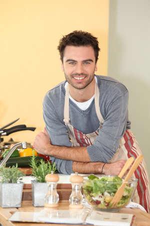 amateur: Hombre cocinar en casa