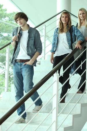 adolescentes estudiando: los adolescentes en la escuela