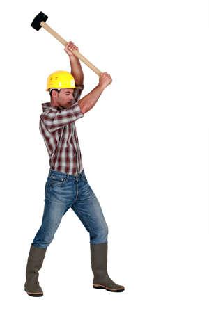 trineo: Un obrero con un martillo. Foto de archivo