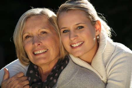 madre e hija: Madre e hija al aire libre