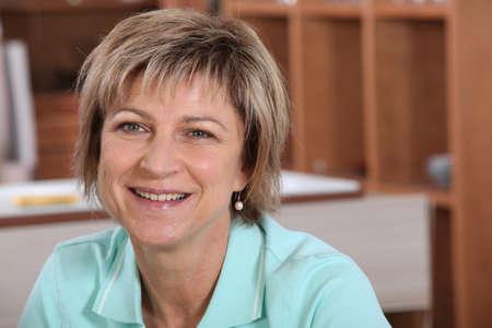edad media: Sonriente mujer madura