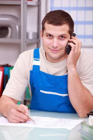craftsman: Técnico en el teléfono en la oficina