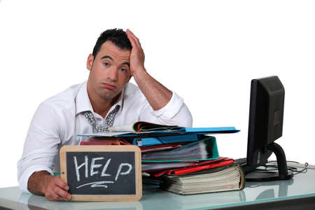 administrative: De trabajo con exceso de trabajo de cuello blanco clamando por ayuda Foto de archivo
