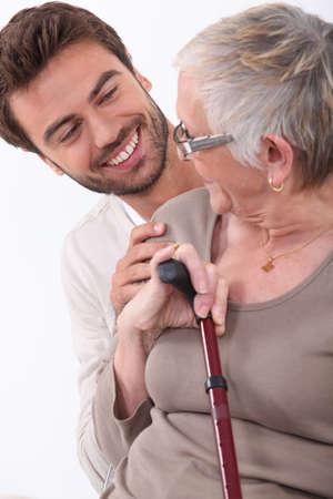 aide � la personne: portrait d'un jeune homme et femme plus �g�e