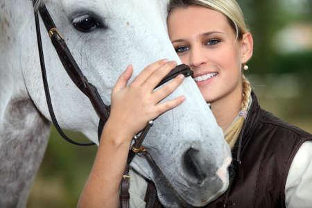 mujer en caballo: La mujer y el caballo Foto de archivo