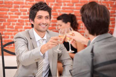 homosexuales: Amigos que tienen una bebida de celebraci�n
