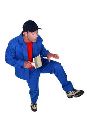 calzado de seguridad: artesano de caminar con precaución