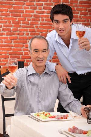 socializando: Padre e hijo con comida juntos