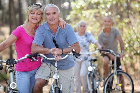 En pareja montada en su bicicleta, junto photo