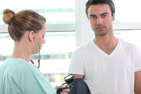Enfermera toma la presión arterial