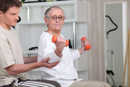 actividad fisica: altos mujer haciendo ejercicios