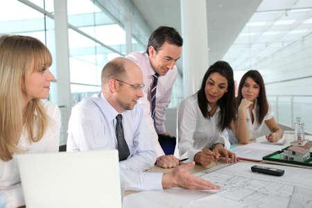 dirección empresarial: Un equipo de arquitectos discutir un dibujo Foto de archivo