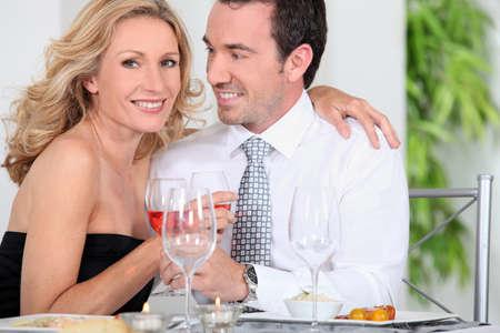 mujer con corbata: Elegante par de beber vino