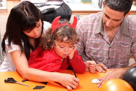 niños vistiendose: Familia haciendo Hallowe Foto de archivo
