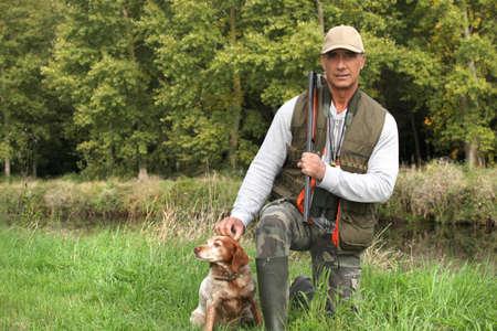 cazador: Un cazador y su perro.