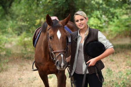 riding helmet: Adolescente rubia con caballo