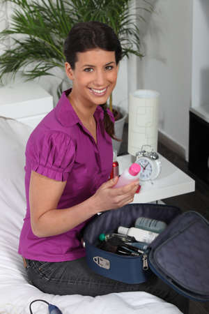 vanity bag: Woman packing her vanity bag