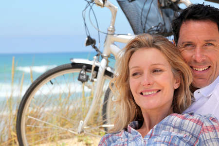 45 50 years: Couple cycle to the sea