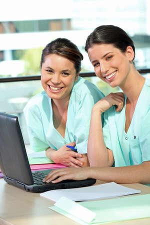 pielęgniarki: Dwie kobiety pielÄ™gniarki