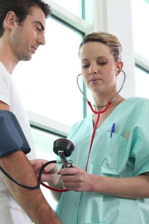enfermeria: Enfermera comprobando un paciente Foto de archivo