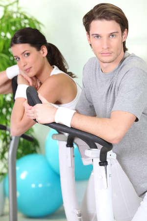 exercitation: Couple exercising in gym