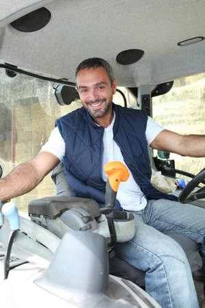 taxi: Granjero en la cabina de su tractor