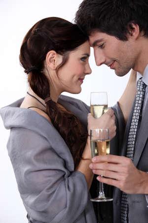 シャンパンを飲む優雅な若いカップル 写真素材