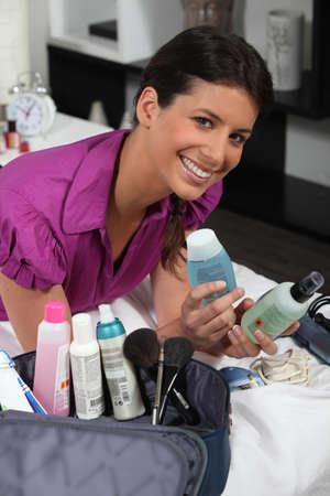 productos de aseo: Mujer posando con productos de belleza