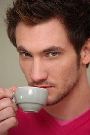 hombre tomando cafe: el hombre el consumo de caf�