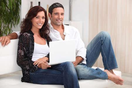 un couple �g� de 35 ans assis sur un canap� photo