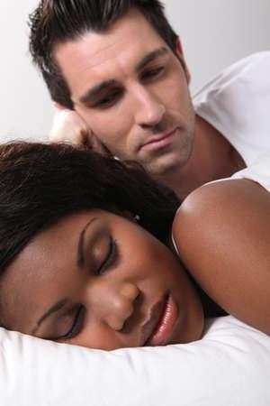 mariage mixte: l'homme regarde sa femme pendant qu'elle dort