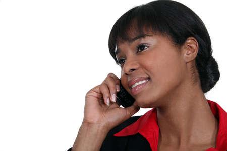 amigas conversando: Negocios utilizando un tel�fono m�vil