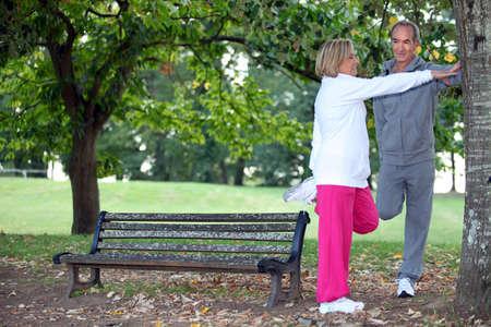 hombres haciendo ejercicio: Pareja se extiende
